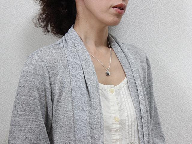 小桜/黒蝶貝 シルバーペンダント/装着イメージ
